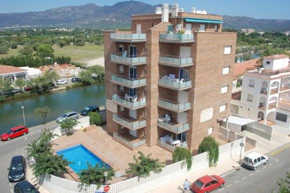 Дом в Испании в закрытом поселке в городе Росас